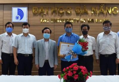 Giám đốc Đại học Đà Nẵng khen thưởng kịp thời kết quả nghiên cứu, chuyển giao thành công Robot cho bệnh viện phòng chống Covid-19
