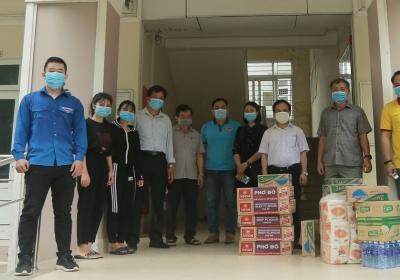 Giám đốc Đại học Đà Nẵng thăm và tặng quà nhu yếu phẩm, động viên sinh viên các ký túc xá phòng, chống Covid-19