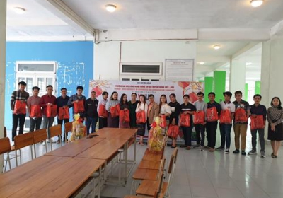 Thăm và tặng quà nhân dịp tết Nguyên đán Tân Sửu cho sinh viên Lào đang sinh hoạt tại ký túc xá